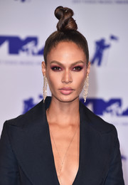 Joan Smalls glammed up her look with a pair of diamond chandelier earrings by Lorraine Schwartz.