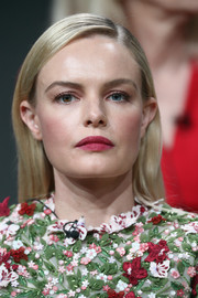 For her lips, Kate Bosworth chose a matte red color.