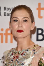 Rosamund Pike brightened up her face with a swipe of red lipstick.