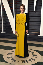 Sarah Paulson complemented her dress with a yellow satin clutch by Judith Leiber.