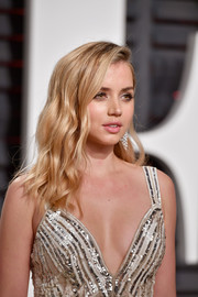 Ana de Armas wore her hair down in piecey waves at the 2017 Vanity Fair Oscar party.