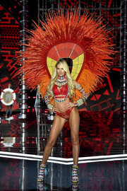 Candice Swanepoel rocked red-hot lingerie and an attention-grabbing wing at the 2017 Victoria's Secret fashion show.