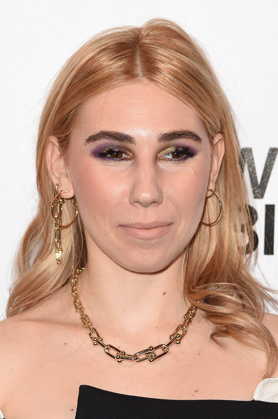 Zosia Mamet dolled up her bare neckline with a gold chain necklace by Tiffany & Co.