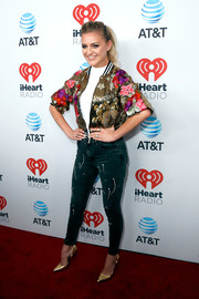 Kelsea Ballerini rounded out her look with a pair of gold pumps by Aldo.