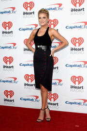 Kelsea Ballerini accessorized her outfit with a pair of chain-embellished black sandals by Monika Chiang.