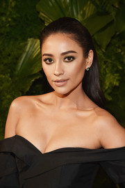 Shay Mitchell wore her long hair straight and slicked back at the 2018 A+E Upfront.