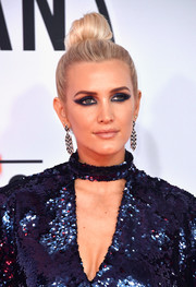 Ashlee Simpson rocked a super-smoky eye in a shade of blue that matched her outfit.