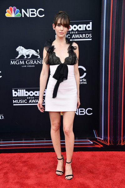 Alison Brie went the flirty route in a black-and-white Giambattista Valli mini dress with ruffled shoulder straps and bow detailing at the 2018 Billboard Music Awards.