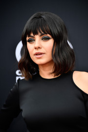 Mila Kunis framed her face with gentle waves and choppy bangs for the 2018 Billboard Music Awards.