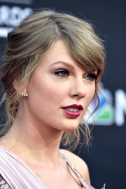 Taylor Swift attended the 2018 Billboard Music Awards wearing her hair in a messy-romantic updo.
