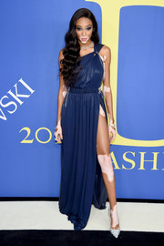 Winnie Harlow looked ravishing in a high-slit navy one-shoulder gown by Tommy Hilfiger at the 2018 CFDA Fashion Awards.