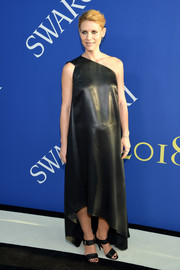 Claire Danes rocked an edgy maternity look with this one-shoulder leather dress by Narciso Rodriguez at the 2018 CFDA Fashion Awards.