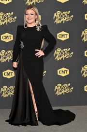 Kelly Clarkson chose a pointy-shouldered black fishtail gown by Alex Perry for her 2018 CMT Music Awards look.