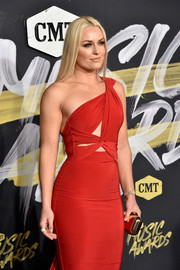 Lindsey Vonn paired a gold clutch with a red one-shoulder dress for the 2018 CMT Music Awards.