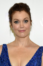 Bellamy Young sported a mildly messy updo at the 2018 Farm Sanctuary on the Hudson Gala.