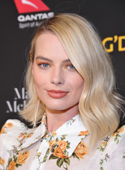 Margot Robbie brightened up her eyes with a swipe of coral shadow.
