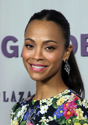 Zoe Saldana styled her hair into a casual center-parted ponytail for the 2018 Hammer Museum Gala in the Garden.