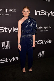 Ellen Pompeo looked edgy in a shiny blue one-sleeve jumpsuit by Max Mara at the 2018 InStyle Awards.