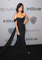 Eiza Gonzalez went for a classic silhouette with this black off-the-shoulder fishtail gown by Romona Keveza at the Warner Bros. and InStyle Golden Globes after-party.