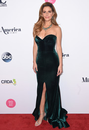 Maria Menounos was all about classic glamour in a strapless, sweetheart-neckline emerald gown by Stello at the 2018 Miss America competition.