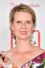 Cynthia Nixon sported a short side-parted hairstyle at the 2018 PEN Literary Gala.