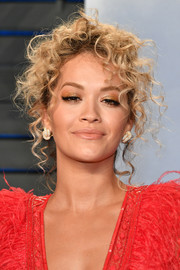 Rita Ora sported messy pinned-up ringlets at the 2018 Vanity Fair Oscar party.