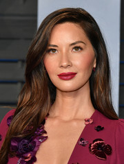 Olivia Munn framed her pretty face with a subtly wavy side-parted hairstyle for the 2018 Vanity Fair Oscar party.