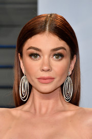 Sarah Hyland kept it understated with this straight center-parted hairsyle at the 2018 Vanity Fair Oscar party.