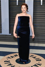 Rachel Bloom glammed it up in a strapless navy velvet gown at the 2018 Vanity Fair Oscar party.