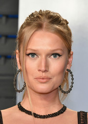 Toni Garrn attended the 2018 Vanity Fair Oscar party sporting a messy ponytail.