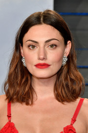 Phoebe Tonkin wore her hair down to her shoulders in barely-there waves at the 2018 Vanity Fair Oscar party.
