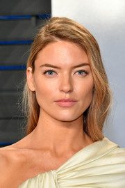 Martha Hunt sported a casual side-parted hairstyle at the 2018 Vanity Fair Oscar party.