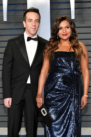 Mindy Kaling paired a crystal-adorned Roger Vivier clutch with a sequined strapless dress for the 2018 Vanity Fair Oscar party.