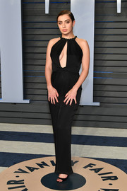 Charli XCX sizzled in a cleavage-flaunting cutout gown by Giorgio Armani at the 2018 Vanity Fair Oscar party.