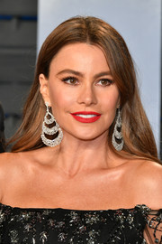 Sofia Vergara added extra glamour with a pair of tiered chandelier earrings.