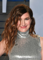 Kathryn Hahn looked cool with her teased waves at the 2018 Vanity Fair Oscar party.