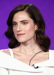 Allison Williams looked gorgeous with her shoulder-length waves at the 2018 Winter TCA Tour.