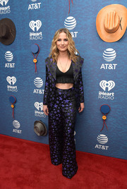 Jennifer Nettles went for a groovy '70s-inspired look with this star-patterned pantsuit at the 2018 iHeartCountry Festival.