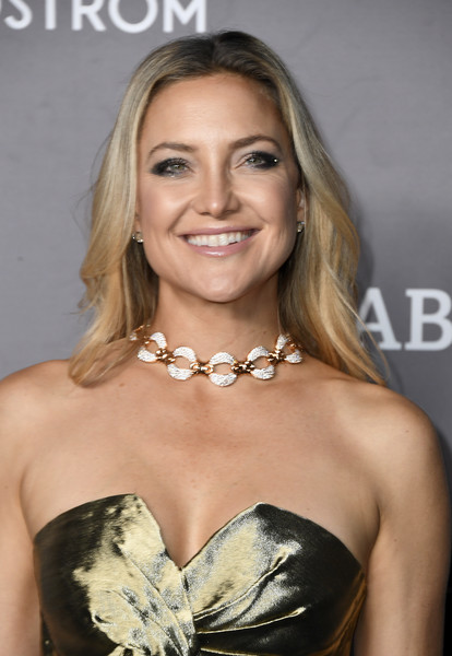 Kate Hudson paired her strapless dress with a diamond collar necklace by Bulgari.