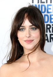 Dakota Johnson wore a messy straight 'do with parted bangs at the 2019 Film Independent Spirit Awards.