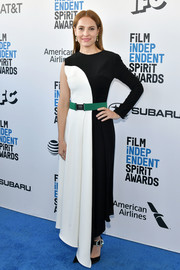 Marina de Tavira looked fashion-forward in a one-sleeve black-and-white dress with a green belt at the 2019 Film Independent Spirit Awards.
