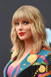 Taylor Swift wore her hair down to her shoulders in a subtly wavy style at the 2019 MTV VMAs.
