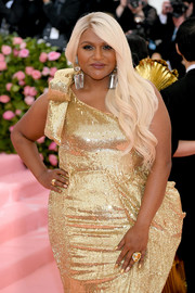 Mindy Kaling rocked an oversized gemstone ring at the 2019 Met Gala.