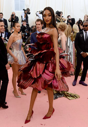 Jourdan Dunn complemented her dress with a pair of red pumps.