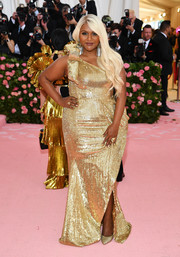 Mindy Kaling worked a fully sequined one-shoulder gown by Moschino at the 2019 Met Gala.