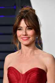Linda Cardellini attended the 2019 Vanity Fair Oscar party wearing her hair in a messy bun.