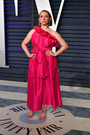 Maya Rudolph complemented her dress with pink cross-strap sandals.