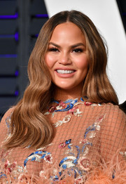 Chrissy Teigen framed her face with hippie-glam waves for the 2019 Vanity Fair Oscar party.