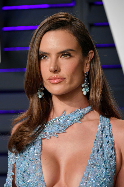 Alessandra Ambrosio looked simply elegant with her loose side-parted hairstyle at the 2019 Vanity Fair Oscar party.