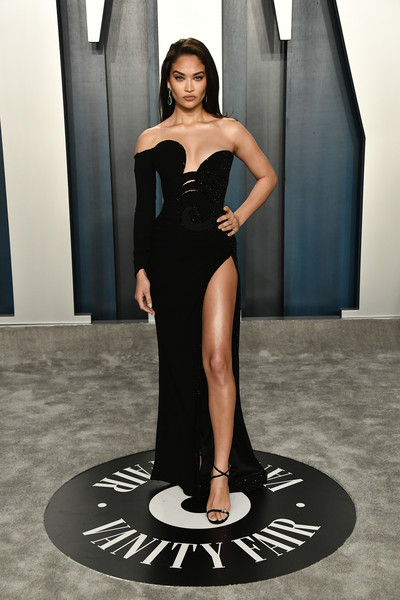 Shanina Shaik looked sensual in an asymmetrical off-the-shoulder gown by Nicolas Jebran at the 2020 Vanity Fair Oscar party.